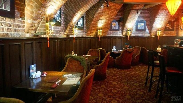 Китайский ресторан в сводчатом кирпичном подвале здания на Китай-городе в Москве
