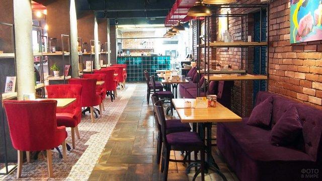 Уютное кафе в стиле лофт в подвале здания