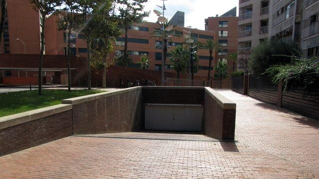 Въезд в подземную парковку жилого комплекса в Барселоне