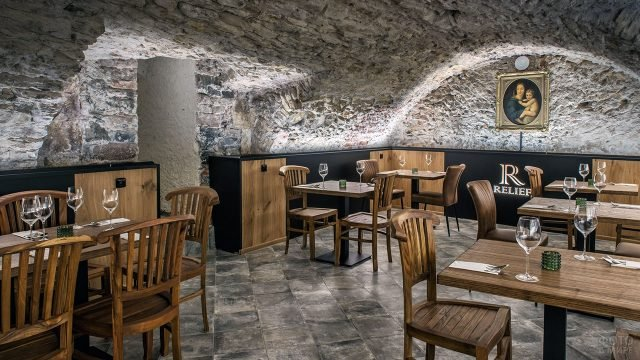 Зал ресторана в сводчатом старинном подвале в Праге