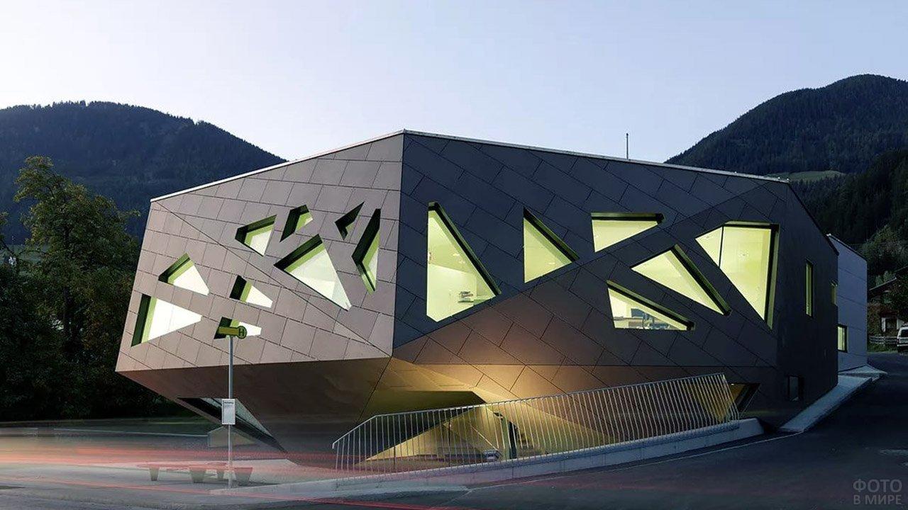 Авангардное здание полигональной формы в стиле хай-тек