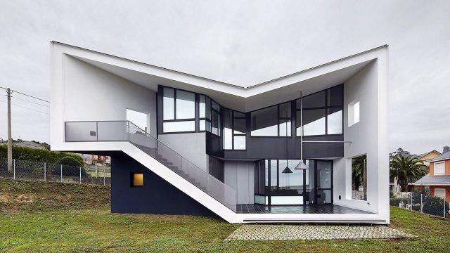 Чёрно-белый загородный дом необычной формы