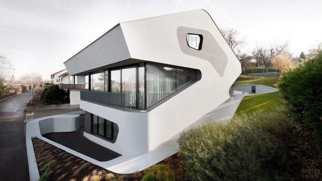 Многоуровневый компактный загородный дом необычной формы