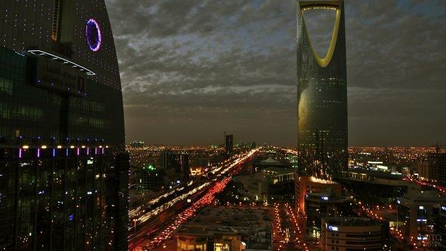 Небоскреб стиля хай-тек в ночном Эр-Рияде