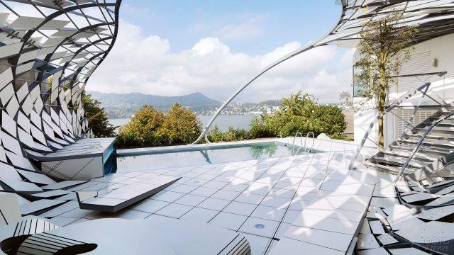 Патио с бассейном частного дома в стиле хай-тек