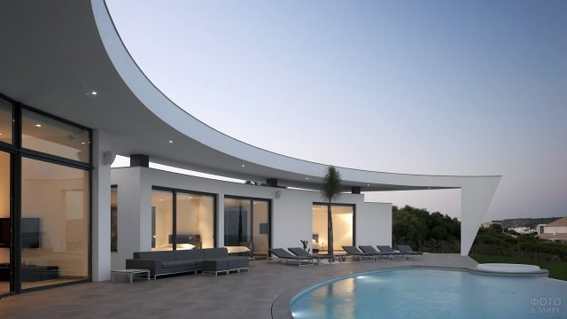 Полукруглая терраса частного дома в стиле хай-тек