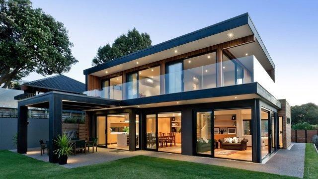 Просторный загородный дом с круговым балконом