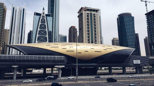 Современная станция метро в Дубае