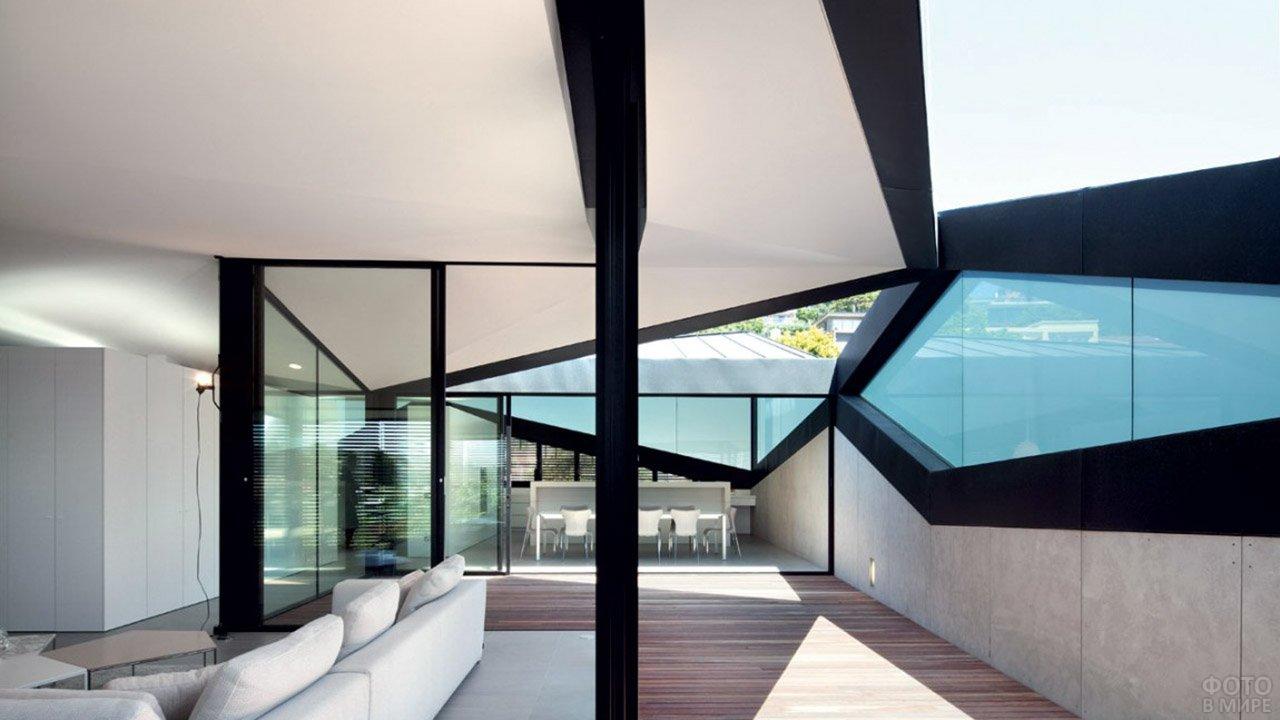 Веранда частного дома в стиле хай-тек с полигональным остеклением