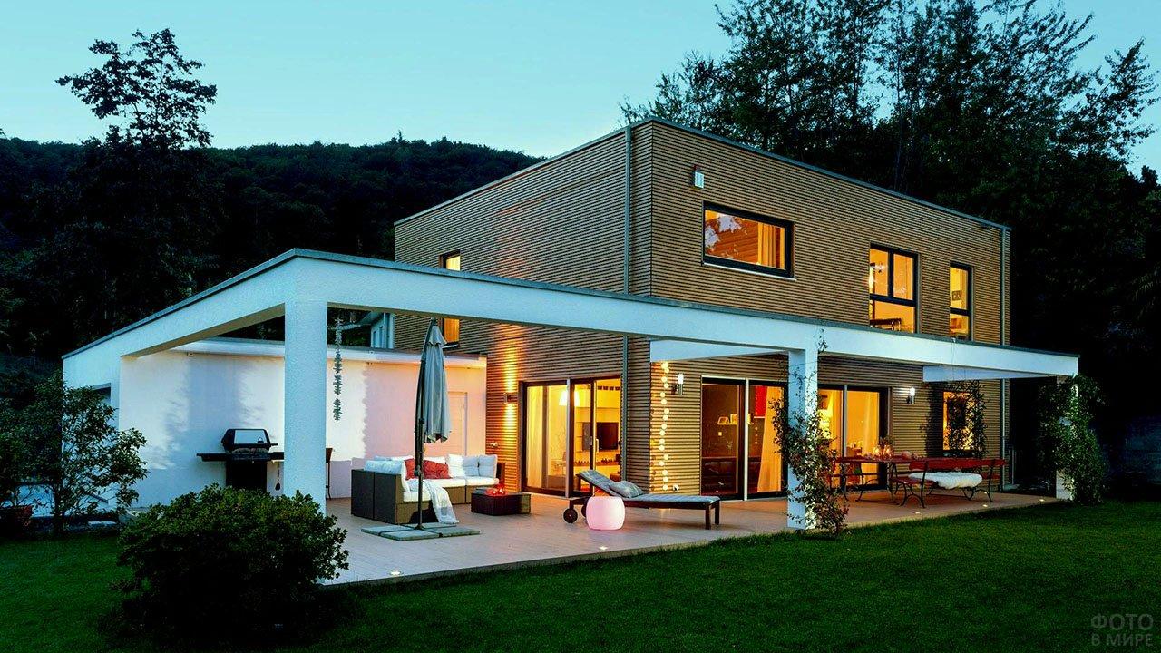 Дизайнерский деревянный дом-куб с белой верандой