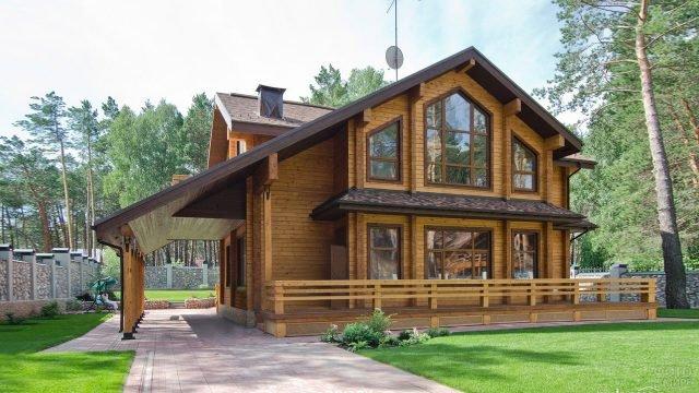 Двухэтажный деревянный дом с навесом для авто