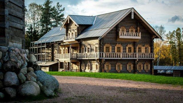 Просторная бревенчатая усадьба в русском стиле