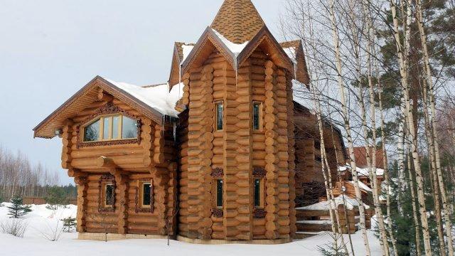 Русский терем современной постройки среди снега и берёз