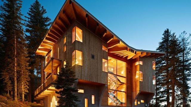 Современный деревянный дом прямоугольной формы с крышей сложной формы