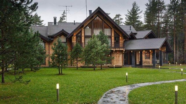 Загородный дом из бруса в сосновом лесу