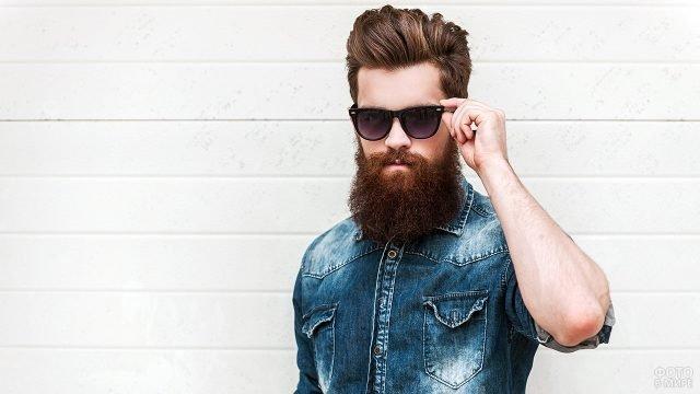 Бородатый хипстер в джинсовой рубашке