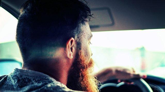 Бородатый мужчина за рулём автомобиля