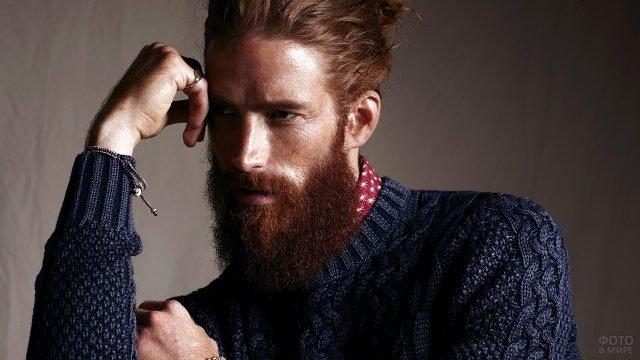 Бородатый завсегдатай барбершопа в свитере