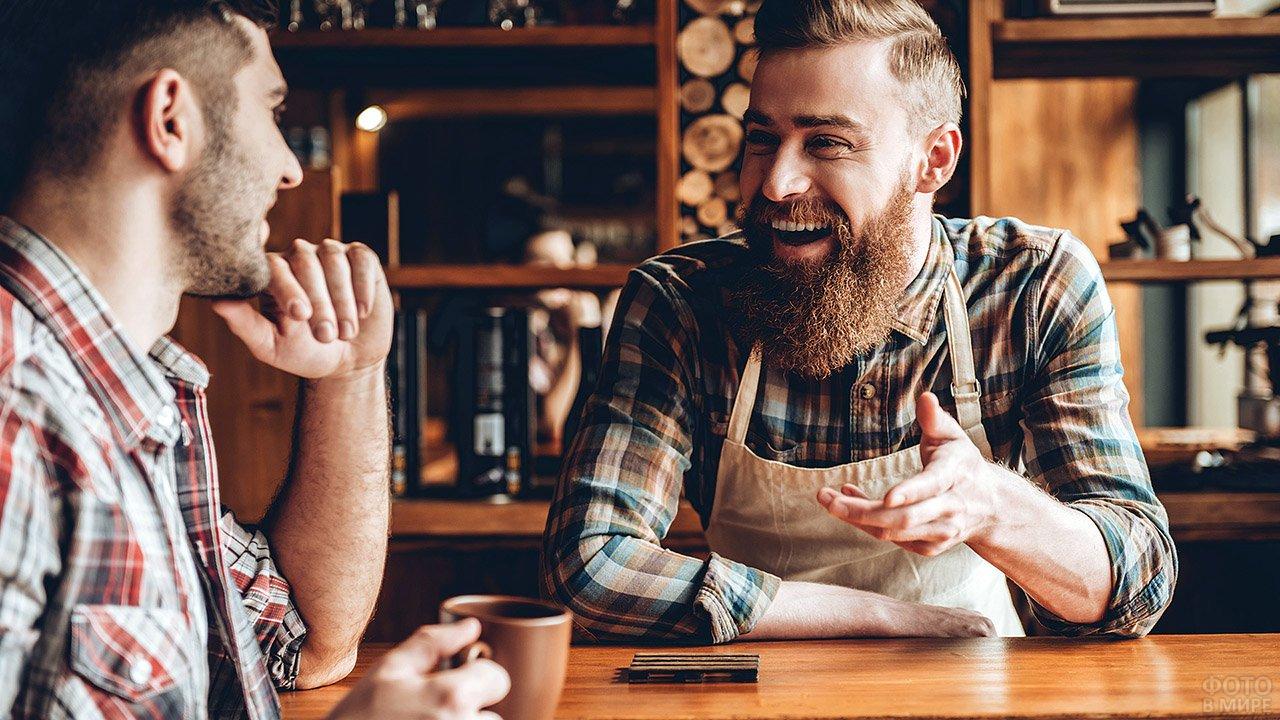 Два ламберсексуала в клетчатых рубашках за столиком кафе