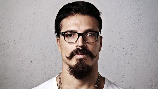 Мужчина в очках с бородой в стиле Бальбо