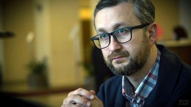 Правозащитник в очках с аккуратной офисной бородой