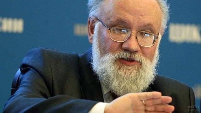 Седой мужчина с окладистой бородой