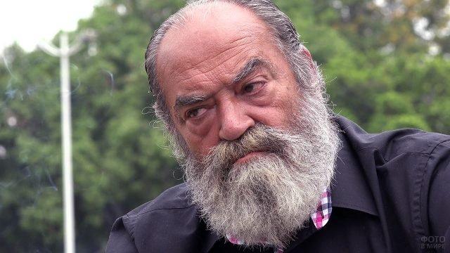 Седовласый мужчина с бородой в стиле Гарибальди