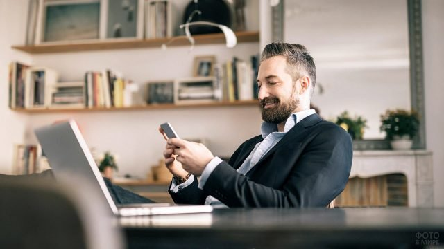 Сотрудник офиса с короткой бородой и подбритыми висками