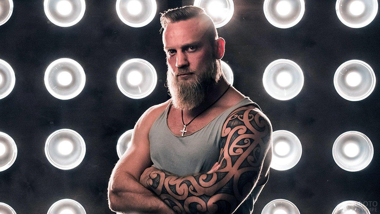 Татуированный мужчина с бородой в стиле Гарибальди
