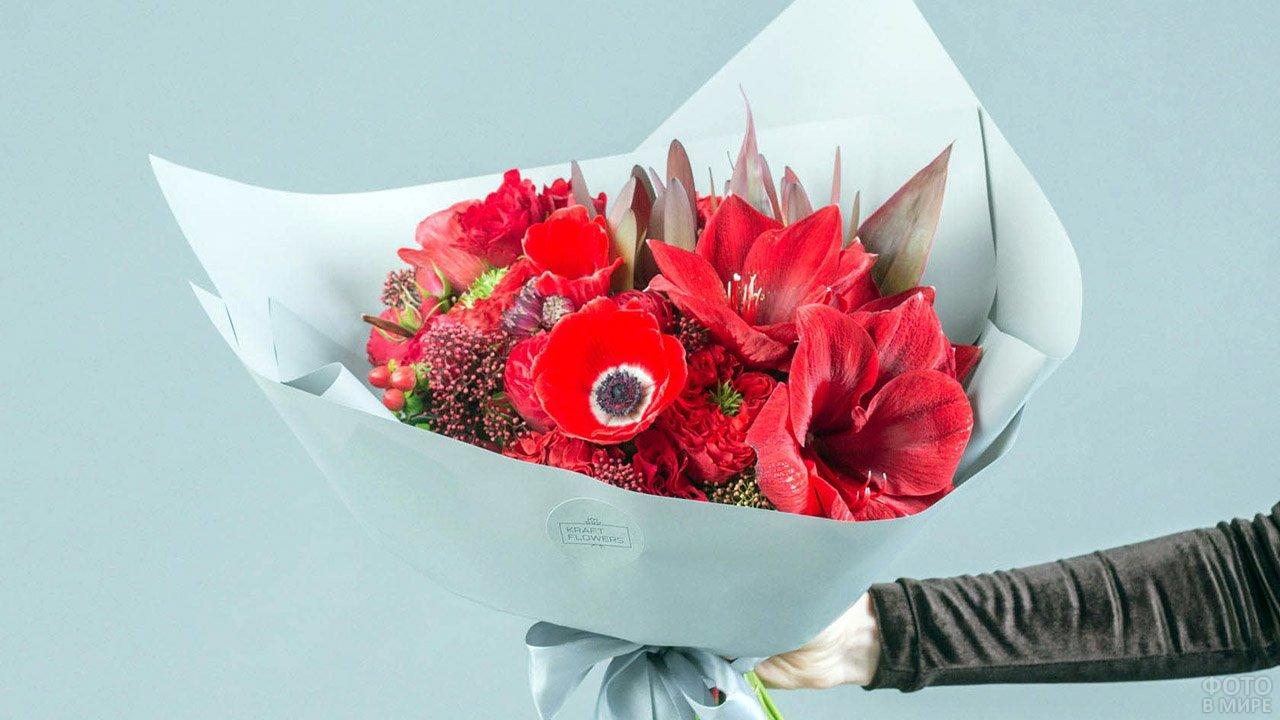 Дизайнерский букет из маков, амарилисов и роз красного цвета