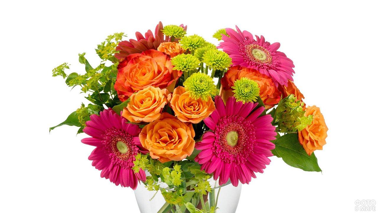 Яркий букет из гербер, роз и хризантем в прозрачной вазе
