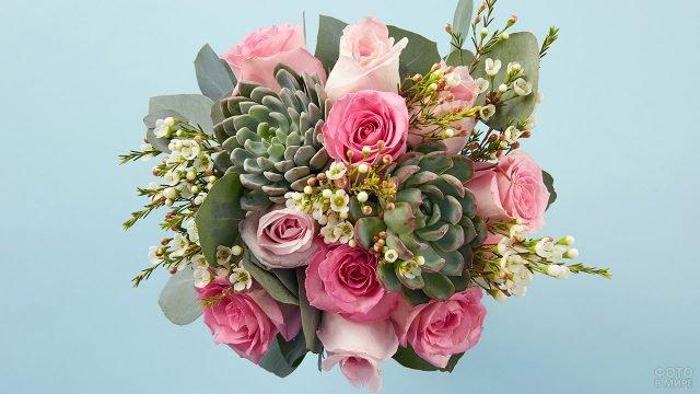 Модный букет с горшечной зеленью, розовыми розами и белыми декоративными цветочками