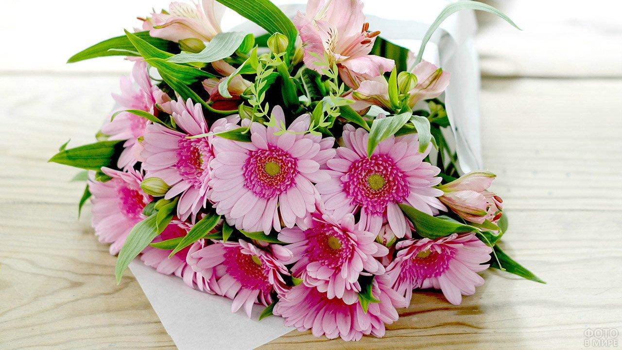 Пышный букет из светло-розовых гербер и альстромерий