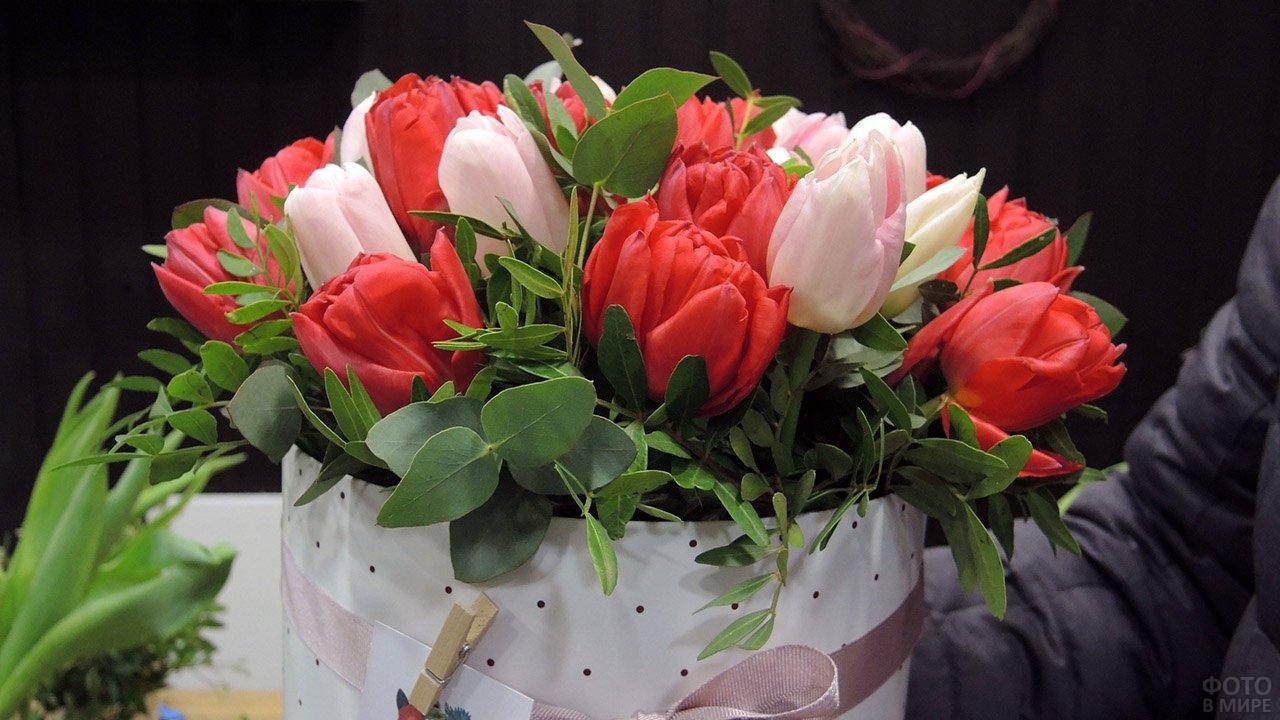 Розовые и белые тюльпаны в букете с пышной зеленью