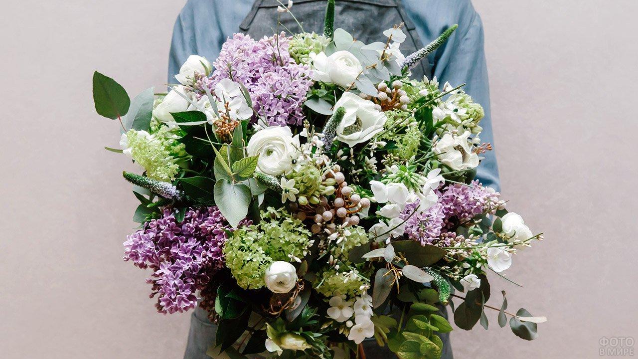 Сиренево-белый весенний букет с пышной зеленью