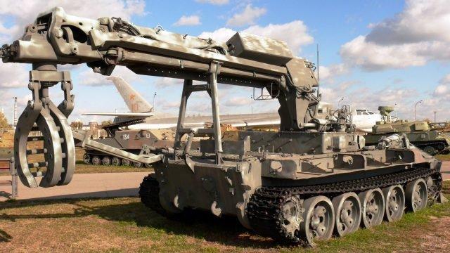 Камуфлированная боевая инженерная машина разграждения ИМР-2М