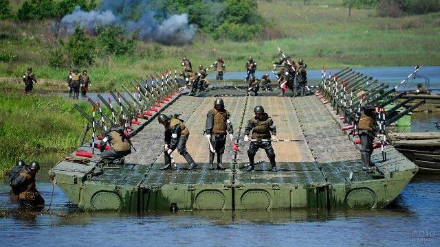 Оперативный монтаж понтонного моста на учениях Инженерных войск России