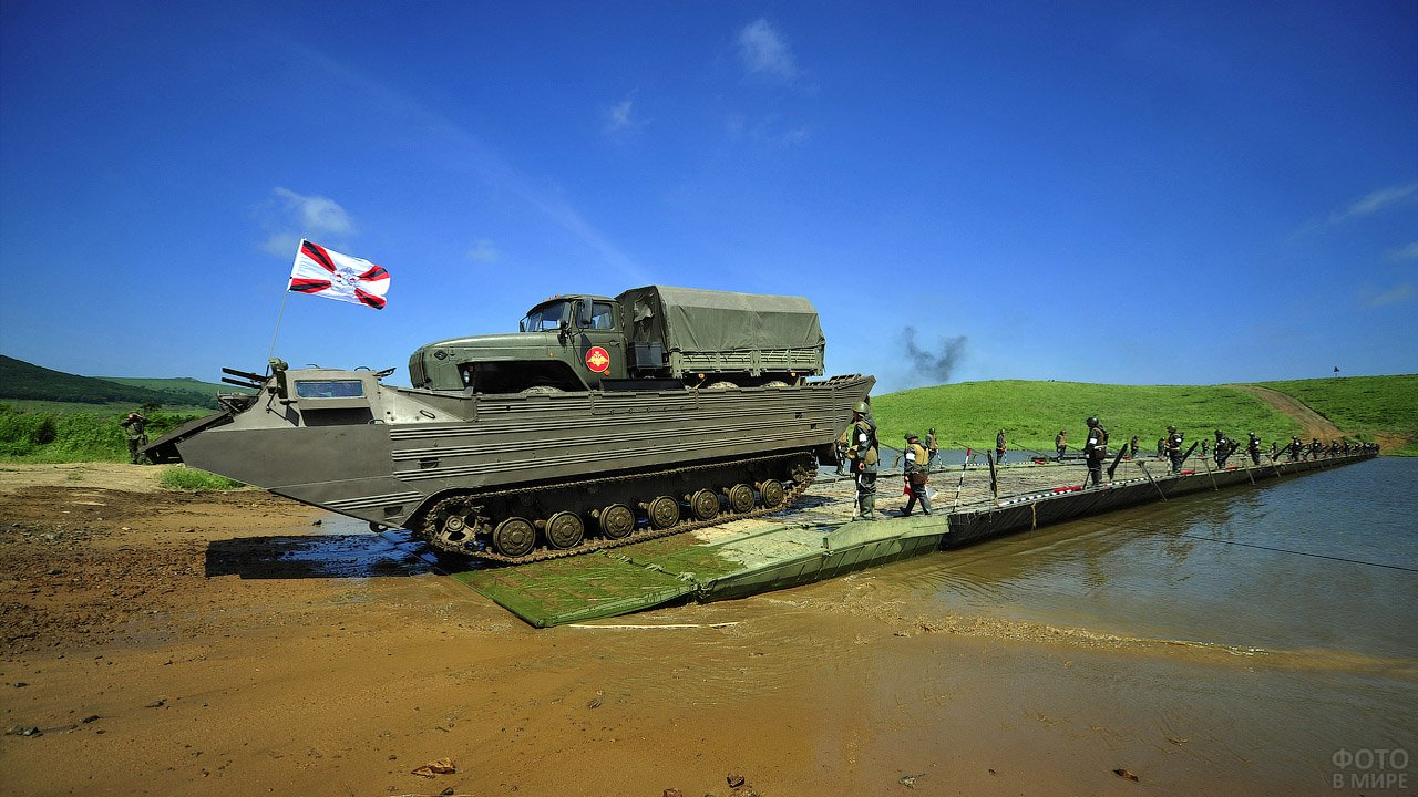 Переправа гружёного плавающего транспортёра Инженерных войск ВВО по понтонному мосту