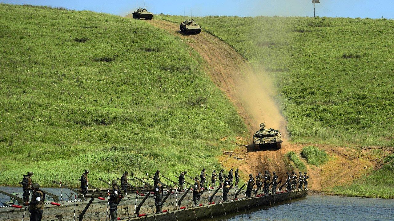 Переправа танков через понтонный мост на учениях Инженерных войск ВВО