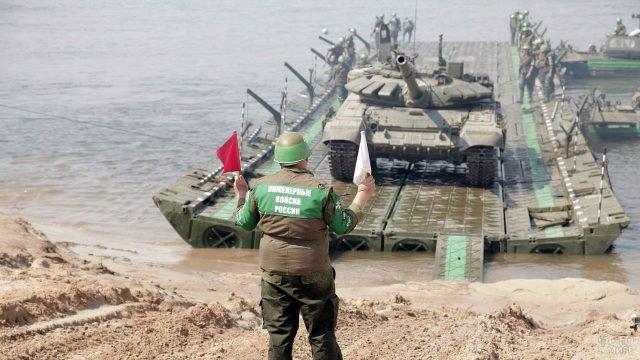 Понтон с танком причаливает к берегу в ходе всеармейских соревнований инженеров