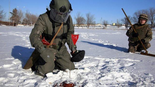 Сапёрная группа Инженерных войск обезвреживает мину на зимних соревнованиях