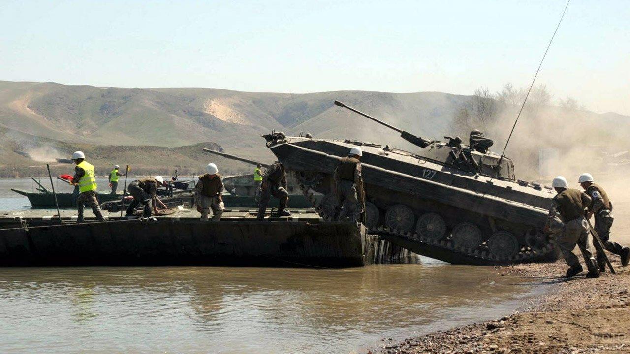 Служащие Инженерных войск переправляют БМП-2 на самоходных понтонах