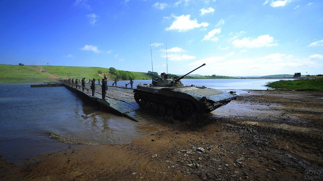Танк съезжает с моста на командно-штабных учениях Инженерных войск ВВО