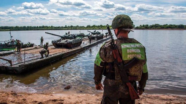 Учения Инженерных войск на понтонной переправе с тяжёлой военной техникой через реку