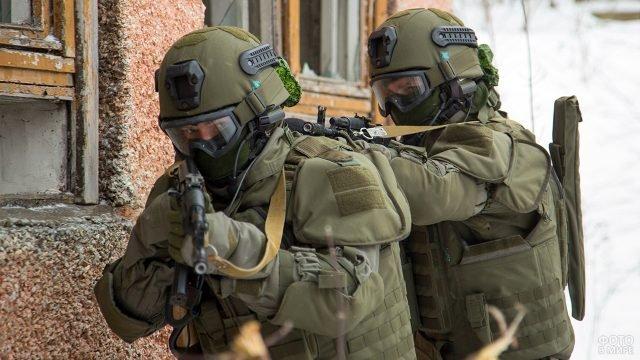 Военные инженеры в экипировке Ратник участвуют в разведке местности
