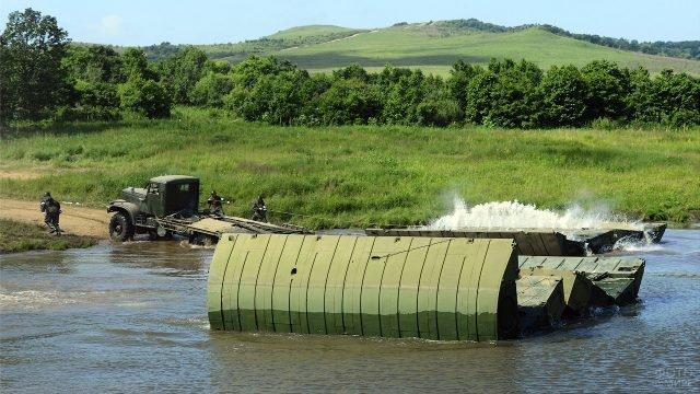 Возведение понтонного моста через реку на учениях Инженерных войск ВВО
