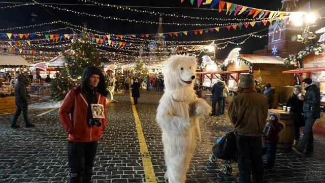 Аниматор в костюме медведя на рождественском базаре в Москве
