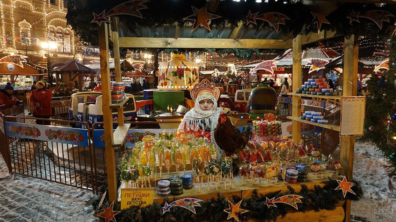 Лавка со сладостями на рождественском базаре в Москве