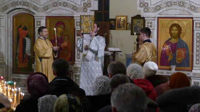 Православные в храме на Рождество