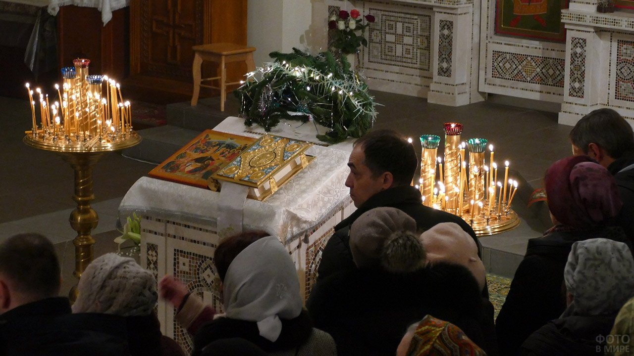 Прихожане в сочельник Рождества в православном храме
